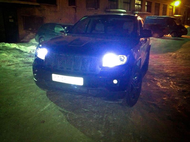 На этот раз в суровый снегопад и совсем нелетную погоду прибыл знаменитый американский внедорожник Jeep Cherokee.