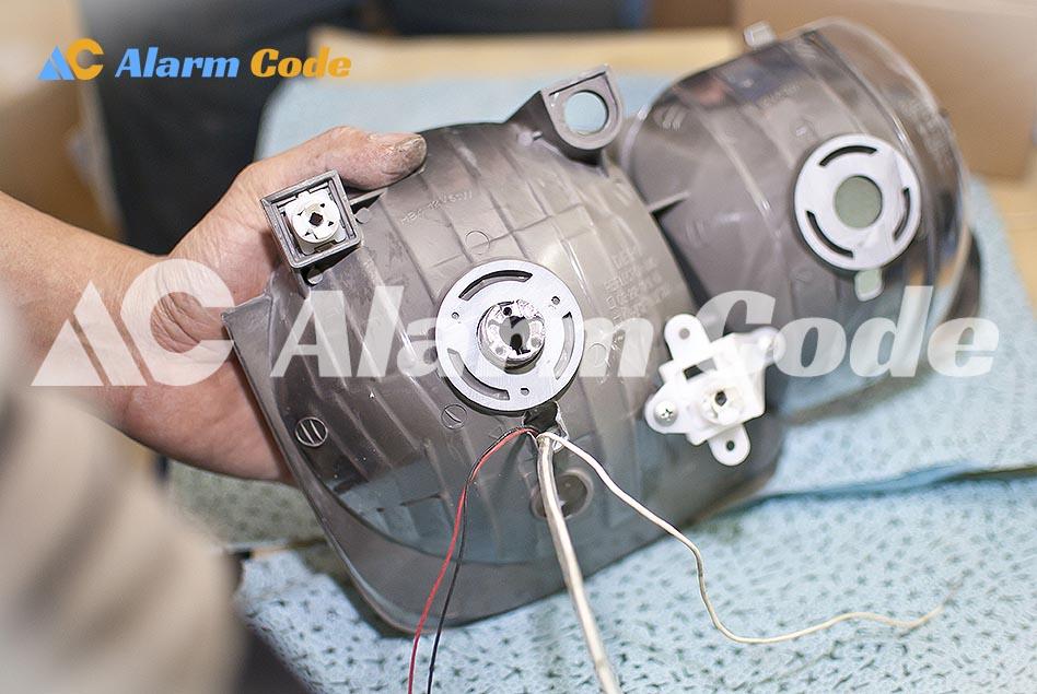 производим установку биксеноновых модулей в отражатель